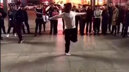 歌手 苏勒亚其 一首《歌在飞》伴随着女孩火爆的的鬼步舞