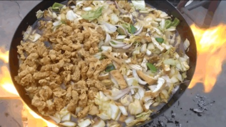 柴火烧一大锅烩菜, 这一锅菜够20多个人吃呢!