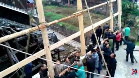 延时摄影和航拍记录农村建木房过程, 几十个人用合力用绳子拉