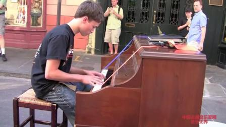 音乐无界: 新奥尔良街头小男孩钢琴演奏吸引众多游客拍摄!