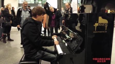 音乐无界: 公共钢琴即兴演奏与演唱, 这位帅哥要火!