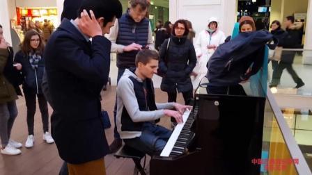 古典音乐: 巴黎火车站即兴钢琴演奏者, 演奏水平让人惊奇