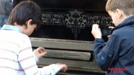 音乐无界: 乌克兰利沃夫街头惊现钢琴神童表演, 堪比莫扎特