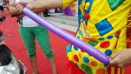 手工活: 用长气球折紫葡萄 小哥的气球葡萄造型视频