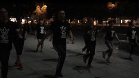 广场舞已经被鬼步舞代替了  看了这个视频你就知道了 好霸气