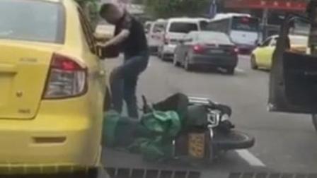 出租车司机在公路踩踏一位女子头部