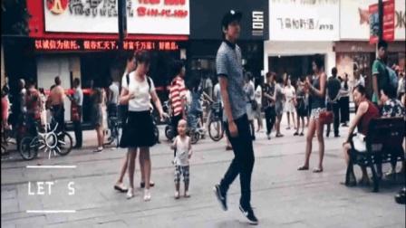 这才是正宗的鬼步舞高手 直接跑到大街上跳 力量爆表 速度超快!