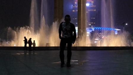 这个大叔要火呀 喷泉广场疯狂鬼步舞 可惜15秒就萎了
