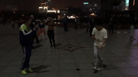 这才是正宗的鬼步舞 两少年广场鬼步舞尬舞 力量爆表 速度超快