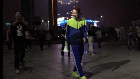 小伙要火呀 穿着校服在广场教大叔大妈跳鬼步舞 宜昌五一广场