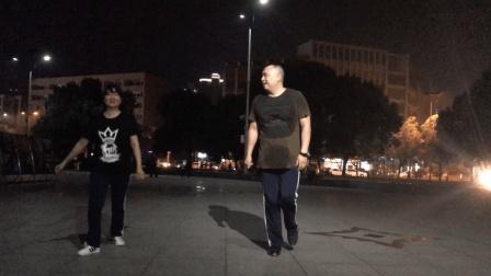 漂亮大妈和200斤大叔的双人鬼步舞 直接在广场上跳 围观群众偷拍