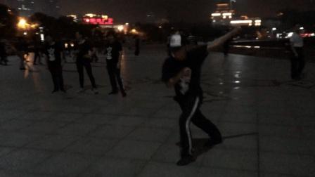 宜昌40岁大叔广场疯狂鬼步舞漂移  被一群大妈围观  现场燃爆!