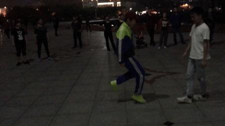 两个社会小伙相约广场鬼步舞尬舞 真疯狂 大妈们纷纷驻足围观!