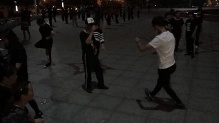 恐怖面具男和40岁大叔在广场 超精彩鬼步舞尬舞 大妈围观!