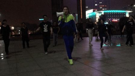 厉害了 中学生穿校服在大广场教大妈跳鬼步舞  祝大妈们成功吧!