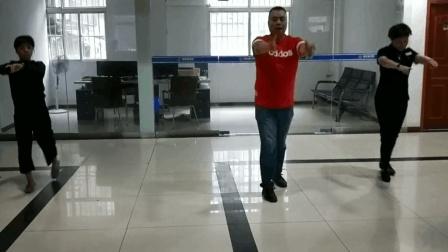 宜昌200斤胖子跳鬼步舞减肥出奇效 公司美女纷纷来跟他跳鬼步舞!