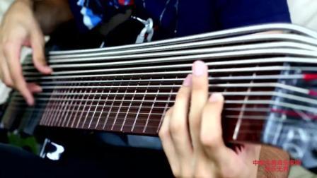 音乐无界: 男低音14根弦的吉他演奏伴唱! 会这种乐器的人很少!