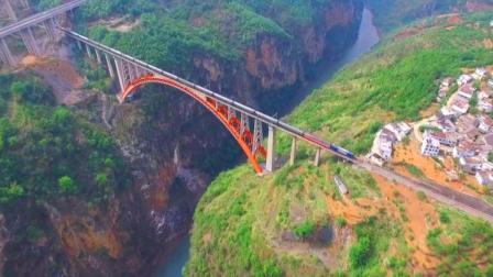 航拍贵州深山中的大峡谷和大桥, 火车刚好经过太壮观了!