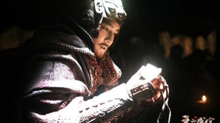 晚年的刘邦回忆起刚见到西楚霸王的一幕, 记忆里项羽(吴彦祖饰)骑着高头大马穿过市井。