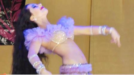 身着紫色舞裙的肚皮舞女郎yana, 若隐若现相当吸睛。
