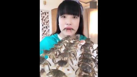 大姐吃小螃蟹不吐壳, 脆脆的味道还不错!