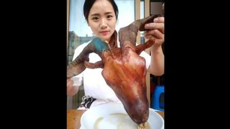 大姐煮羊头吃, 看着确实有点吓人!