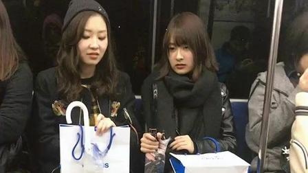 街拍: 日本电车上的美女, 和闺蜜聊天呢