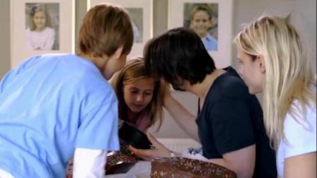 三分钟看完《敲敲门》两个陌生女子来家里躲雨, 害苦了男主