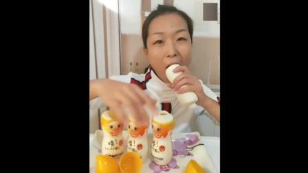 我以为她要喝酸奶, 没想到拿起瓶子就吃