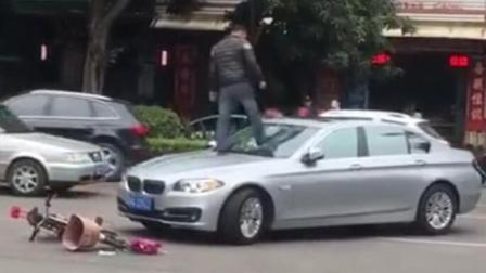 实拍广东一男子醉酒当街踹碎宝马车