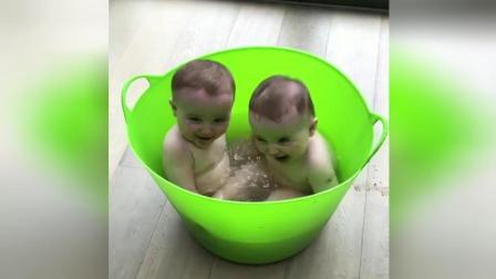 双胞胎宝宝爱玩水 哥两在桶里可以玩一天
