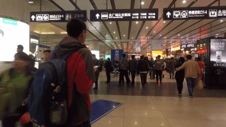 外地游客来到北京, 在北京南站下了火车, 坐上公交去酒店的路上