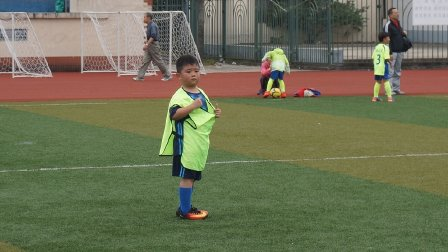 【6岁】10-14哈哈跟青训队员进行足球分组对抗比赛MAH07236