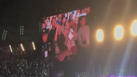 张学友演唱会唱《她来听我的演唱会》, 镜头给了她们