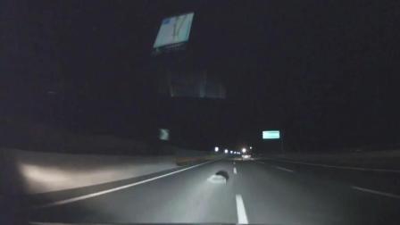 女司机驾驶丰田高速路上出现一块石头, 是躲是撞过去? 最后你就知道