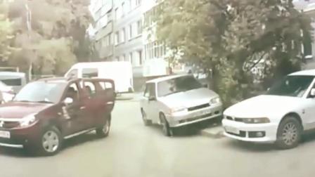 这个丰田女司机的智商醉了, 倒车把自己夹死
