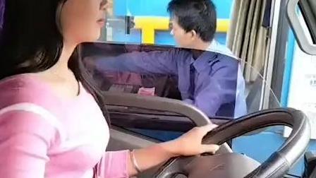 女司机打开货车玻璃的一刻, 收费站的小哥懵圈了!