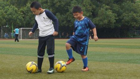 【6岁】10-15哈哈跟小朋友进行一对一足球对抗训练MAH07235