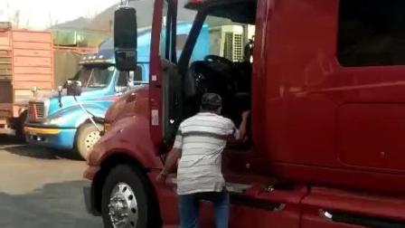 越南卡车载百吨, 大货车上路就是这个场面, 车头都没车尾大,
