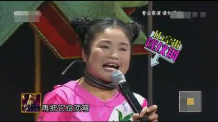 这个小女子为了表演连命也不要了, 硬生生地把一根粗钢筋用咽喉顶弯了