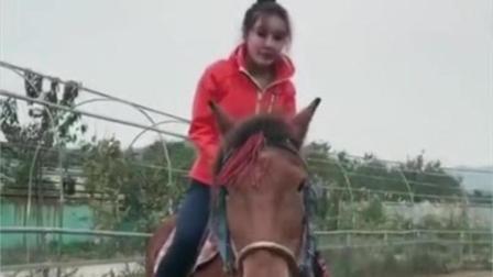 出游不忘健身, 她称骑马能锻炼臀部