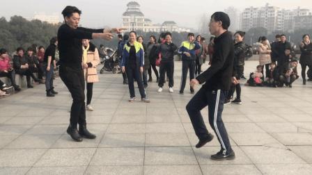 眼镜大叔广场跳鬼步舞 轮番和3名舞者尬舞 现场围观群众爆满!