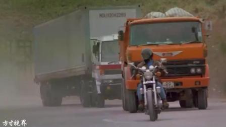 30年前的警匪大片, 唯一一辆跑大卡车前面没被撞飞的摩托车