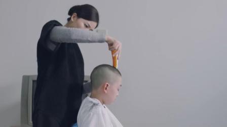 为了不让身患绝症的儿子被脱发吓着, 母亲提早给剃光, 感动坏了