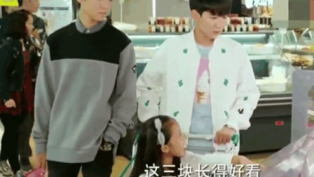 王俊凯: 这么大披萨你一个人吃啊, 王源: 妈妈说早餐要吃好
