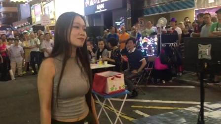 香港街头艺人, 一首神曲《烈焰红唇》这粤语没有谁了, 一开口引来路人围观