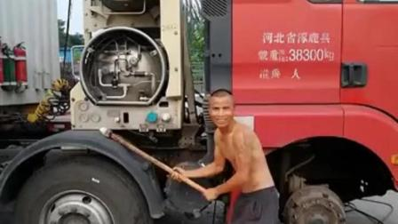 天然气的卡车在放气, 这是要上天么?