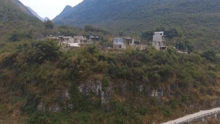航拍贵州住着山上的几户人家, 家家住着平房, 从远处看着像别墅!