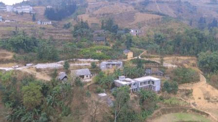 贵州大山里的农村人生活, 大路还没修通, 走的完全是山路太苦了
