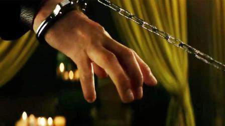 """拥有""""不死之身""""的男子, 手被锁住, 用这样的办法脱困, 霸气!"""